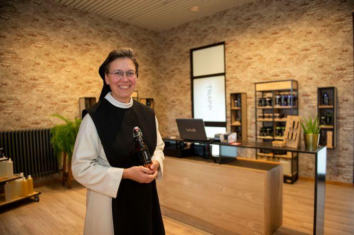 Zuster Katharina in de abdijwinkel, die noodgedwongen moest sluiten door de coronamaatregelen.