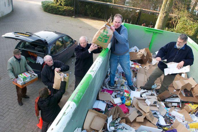 Vrijwilligers zamelen oudpapier in elders in het land. Archiefbeeld ter illustratie.
