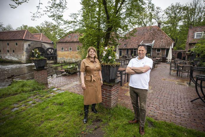 Karin en Ronald Dissel op het terras aan de achterzijde van hun Restaurant Watermolen Singraven met fraai uitzicht op de grootste zaagmolen van Europa en korenmolen.