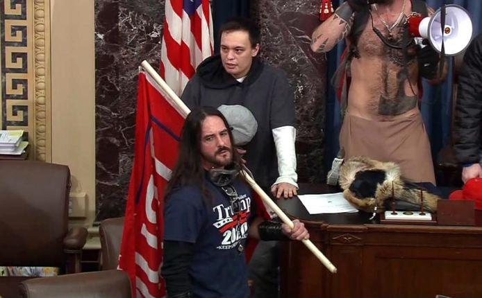 Paul Hodgkins was op videobeelden te zien in de vertrekken van de Senaat, met een rode vlag en gekleed in een T-shirt met het opschrift 'Trump 2020'.