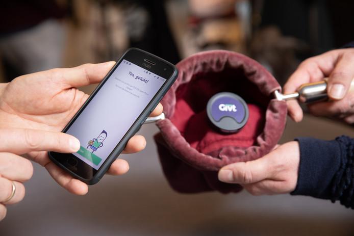 """Sjoerd van Oort is de uitvinder van de app Givt: ,,We willen dat in de toekomst ook straatartiesten of daklozen op deze manier een gift kunnen krijgen."""""""