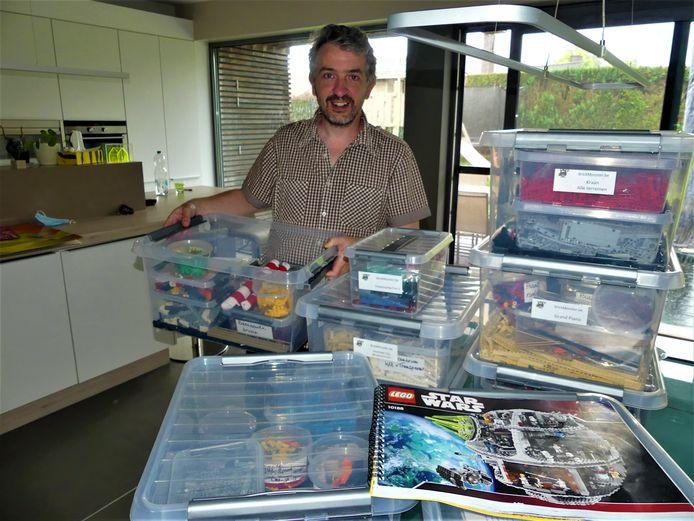 Jean Ryckebosch tussen zijn LEGO-sets.