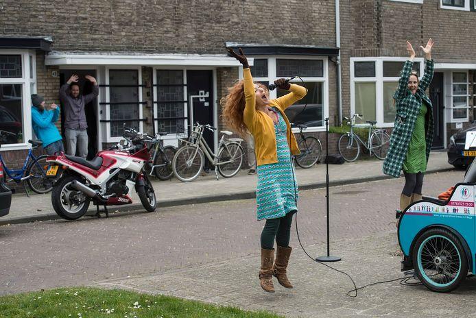 Theatermaker Heleen van Doremalen (l) en zangeres Mirjam Sengers brengen met hun muziektheater 'bakkie troost' even een moment om de zinnen te verzetten. op twee riksja's verplaatsen ze zich door de stad.