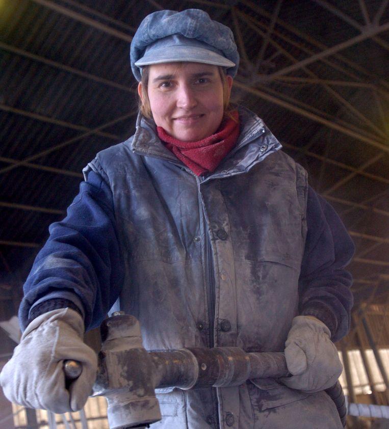 Een vrouwelijke steenkapper. Vrouwen blijven ondervertegenwoordigd in heel wat sectoren. Beeld Peter Maenhoudt