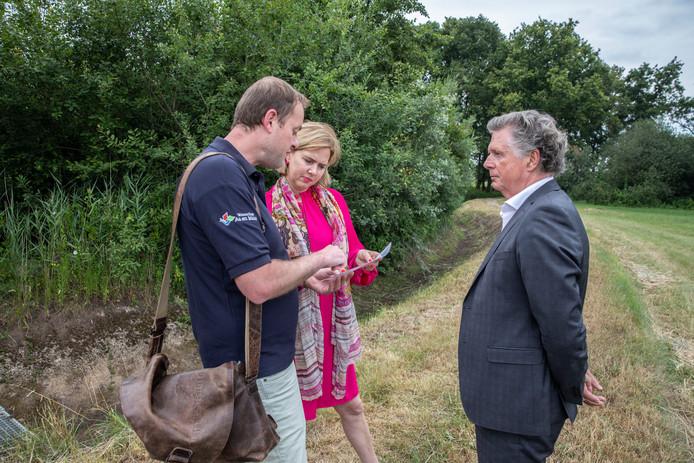 Minister Cora van Nieuwenhuizen bezoekt met Dijkgraaf Lambert Verheijen (rechts) en droogtecoördinator Jos Kruit de droogstaande Kleine Aa in Someren