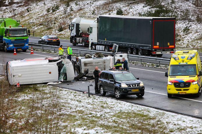 Twee gekantelde voertuigen met verderop nog een gekanteld vrachtwagentje leidde tot een afgesloten A1.