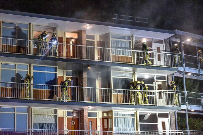 Nachtelijke consternatie afgelopen weekeinde aan de Anklaarseweg in Apeldoorn. Nadat brand is ontdekt in één van de appartementen ontruimt de brandweer de overige woningen.