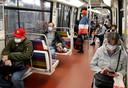Metroreizigers  in Parijs dragen nu vaak al uit zichzelf een mondkapje. Vanaf 11 mei stelt de Franse regering mondbescherming verplicht in het hele land.