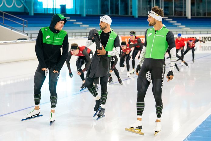 Team Reggeborgh-schaatsers Wesly Dijs, Gijs Esders en Kjedl Nuis op het zomerijs van Thialf.
