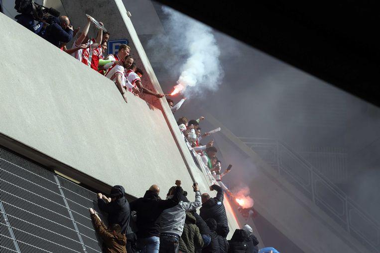 De selectie van Ajax  viert na het duel met FC Emmen bij de Johan Cruijff Arena de 35e landstitel uit de clubhistorie. De club won twee weken eerder al de KNVB-beker.  Beeld ANP