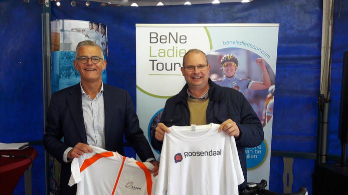 Wethouder René van Ginderen van Roosendaal (li) en burgemeester Gaston Van Tichelt van Essen deden elkaar een shirtje cadeau.