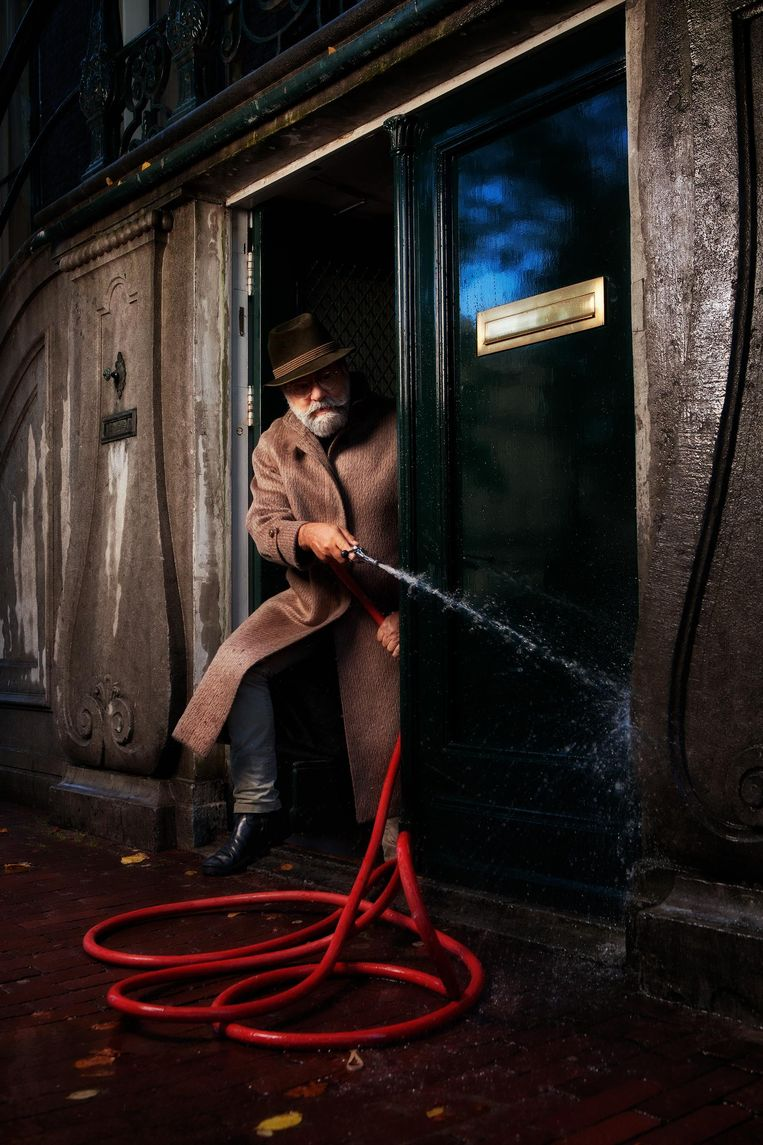 'Op maandagochtend ga ik eerst met de brandspuit over de trap, om te zorgen dat de pislucht weg is' Beeld Mark van der Zouw