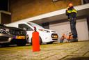 Met een kleine poederblusser wisten agenten in eerste instantie te voorkomen dat de auto's afbrandden.