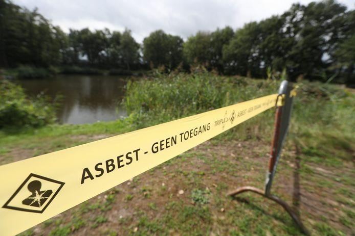 De visvijver van Hengelsportvereniging Valentinus in Westerhoven is deels afgesloten vanwege asbest op de oevers en wandelpaden.