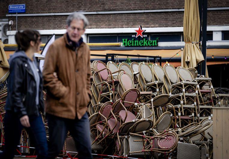 Stoelen en tafels van een terras staan nog opgestapeld op de Binnenrotte in Rotterdam. De vier grote steden doen opnieuw een oproep aan het kabinet om de terrassen te openen. Ook de Koninklijke Horeca Nederland (KHN) hoopt dat de terrassen snel open kunnen. Beeld ANP