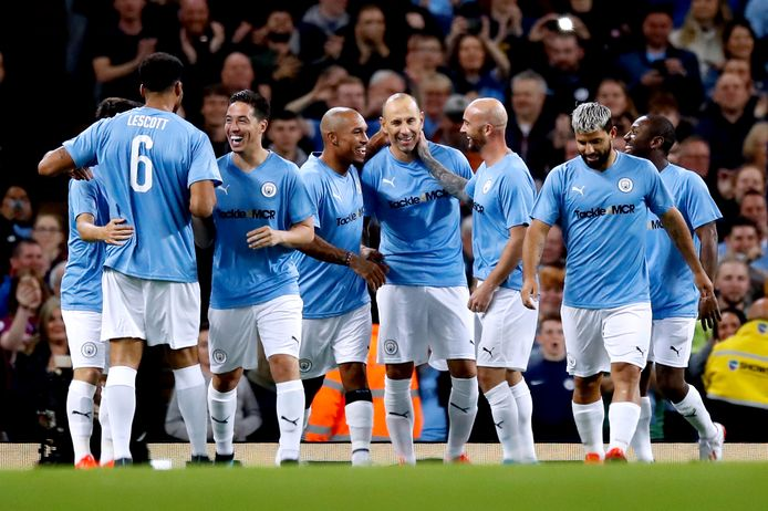 Martin Petrov scoort namens de Manchester City Legends.