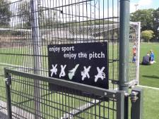 Kunstgrasvelden zonder korrels in Schijndel zijn veel te glad, voetballers durven niet te spelen
