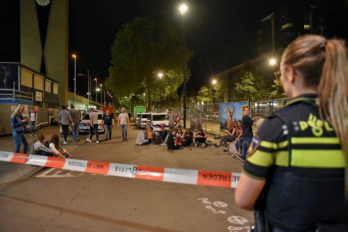 Wachtende mensen voor station Tilburg.