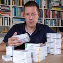 Dagelijks slikt  Van Gilst zo'n tien pillen, onder meer om de eigen afweer te onderdrukken zodat zijn lichaam de donornier niet afstoot.