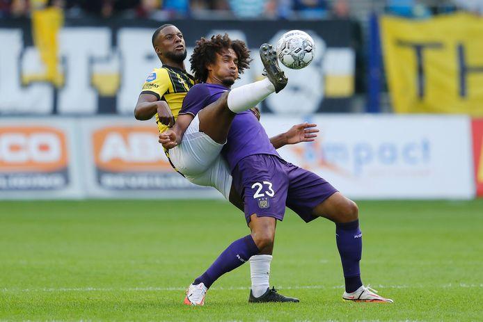 Riechedly Bazoer (l) namens Vitesse in duel met Anderlecht-speler Joshua Zirkzee.