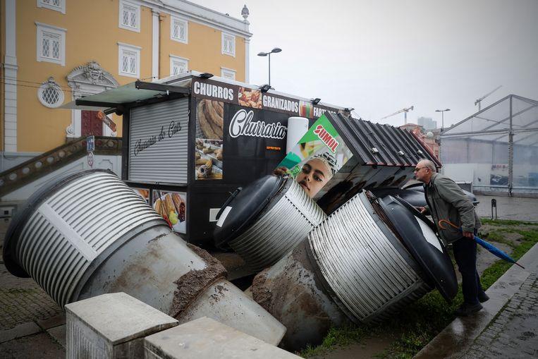 Een man bekijkt de schade na de overstroming in Vila Nova de Gaia, Portugal. Beeld EPA