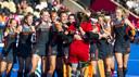 Vreugde bij Oranje bij het WK hockey voor vrouwen. Keepster Josine Koning wordt bedolven.