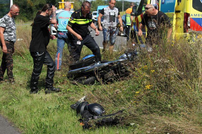 De motor kwam na het ongeluk terecht in de berm.
