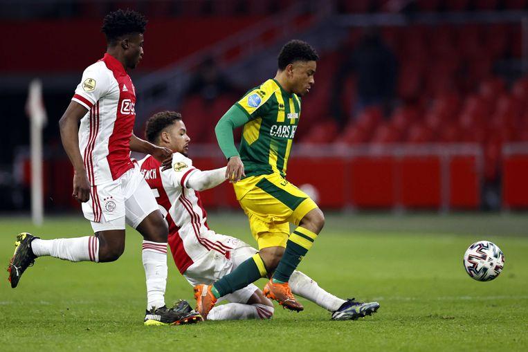 Devyne Rensch van Ajax in duel met Vincente Besuijen van ADO Den Haag in de Arena. Beeld ANP