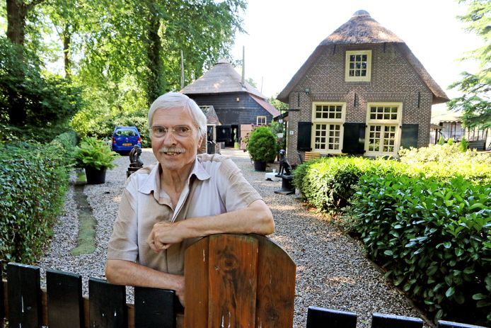 Albert Polman, bij het toegangshek van zijn huis in het hart van het landgoed Rhijnauwen bij Utrecht.