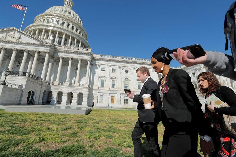 Ilhan Omar praat met de pers op weg naar het Capitool in Washington waar het parlement huist.