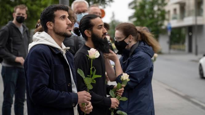 """Collega's die ramp Nieuw Zuid overleefden, leggen bloemen op site: """"We hebben nog veel vragen maar solidariteit met getroffen families is nu belangrijker"""""""