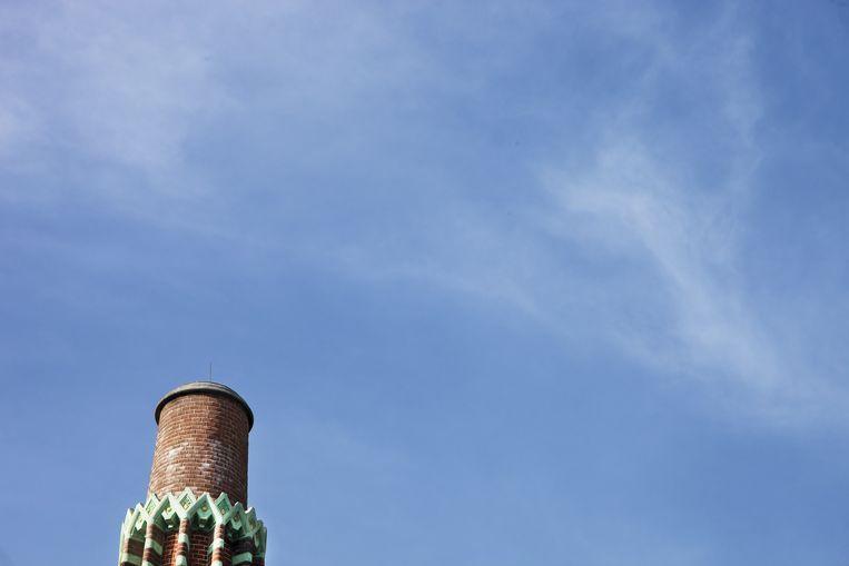 Versierde schoorsteen. Sinds een blikseminslag in de jaren dertig is hij een aantal meters korter dan ten tijde van de oplevering. Tijdens de restauratie bleek dat hij bij de klap zo'n 5 centimeter 'is opgeschoven'. Dat euvel, niet ongevaarlijk voor passanten, is verholpen. Maar de schoorsteen is niet naar de oorspronkelijke lengte 'terug gerestaureerd'. Beeld Renate Beense