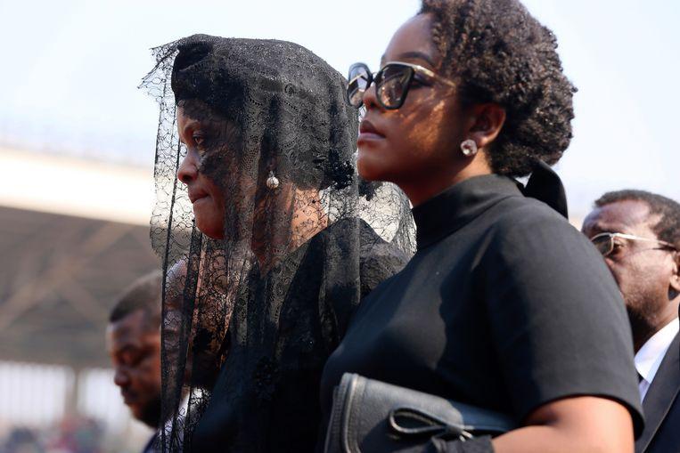 Grace Muagbe, de weduwe van de overleden president, brengt de laatste groet. Beeld AP