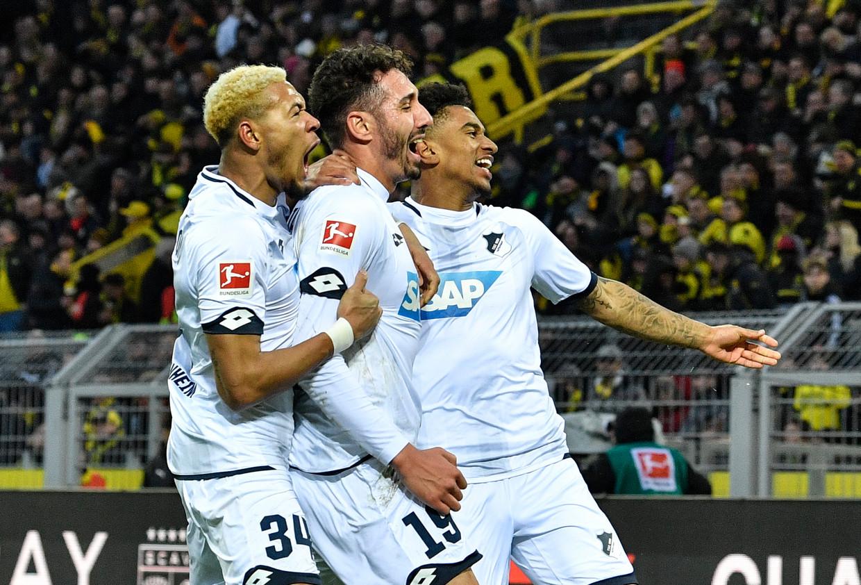 Hoffenheim-aanvaller Ishak Belfodil viert met zijn ploegmaats Joelinton (links) en Reiss Nelson (rechts). Dat is vanaf zaterdag verboden in de Bundesliga. Beeld AP