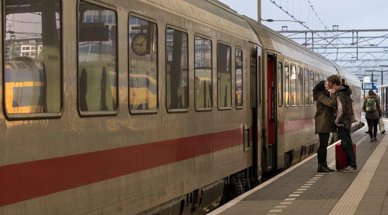 Afscheid op het Centraal Station in Amsterdam bij de trein naar Berlijn. Beeld HH.