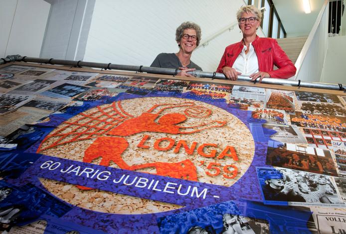 Saskia Otten (links) en preses Marian Hagen.