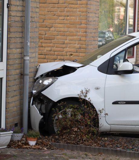 Automobilist verliest macht over stuur en rijdt tegen hoekhuis in Boxtel