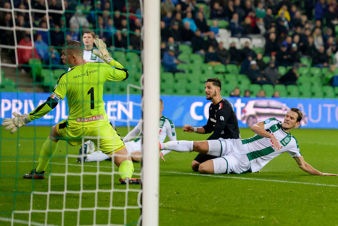 Fran Sol glijdt Willem II naar een uitzege bij FC Groningen op 20 oktober vorig jaar.