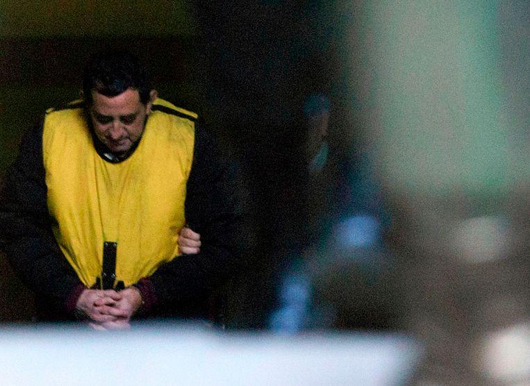 De Chileense priester Oscar Munoz Toledo verlaat de rechtzaal in Rancagua op tachtig kilometer ten zuiden van de hoofstad Santiago de Chile. De man, die een hoge positie bekleedde in het aartsbisdom van Santiago, werd vastgezet na beschuldigingen van misbruik van zeven kinderen.