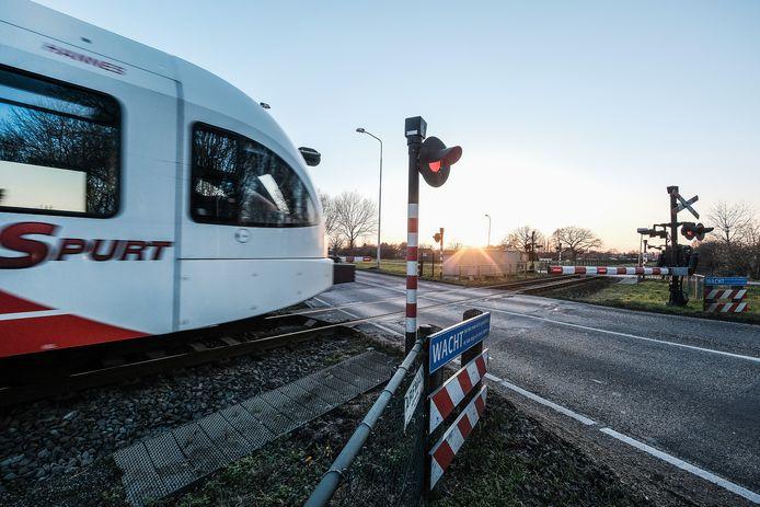 Een trein passeert een overweg in Doetinchem, foto ter illustratie.
