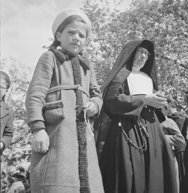 Een non en een meisje rond 1940  Beeld ullstein bild via Getty Images
