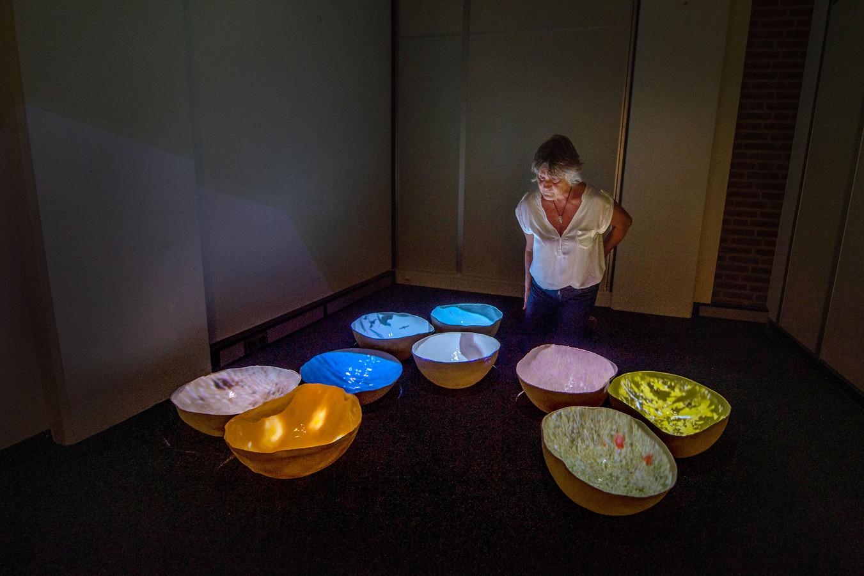 Thea van Vliet bij haar installatie Hemelwater.