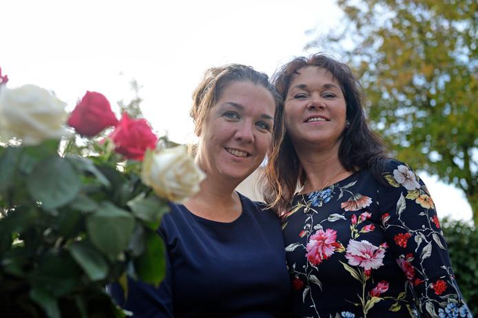 """Julie van Leeuwerden (links) en Ingrid Serrarens van Huisartsen Assistentie Twente: """"Deze nominatie is een kroon op ons werk."""""""