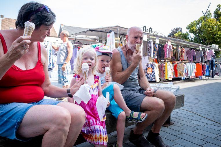 De gemeente trakteert bezoekers van de wekelijkse markt op ijsjes