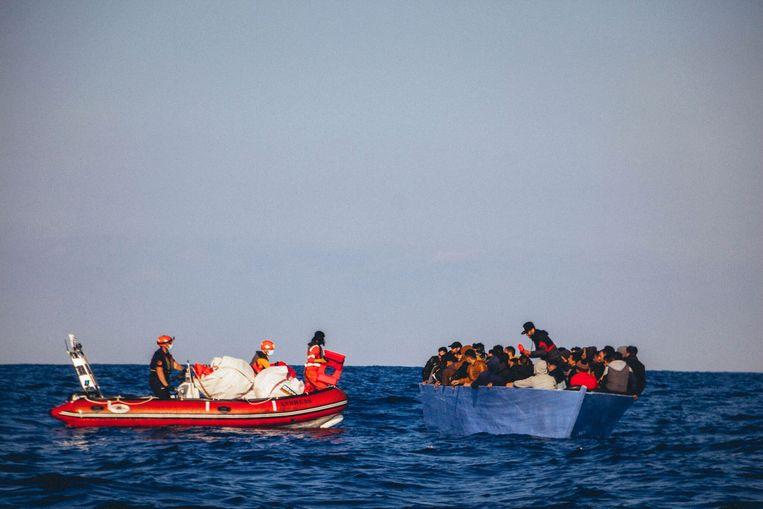 De Duitse ngo Sea-Eye redt vluchtelingen voor de kust van Libië. Beeld AFP
