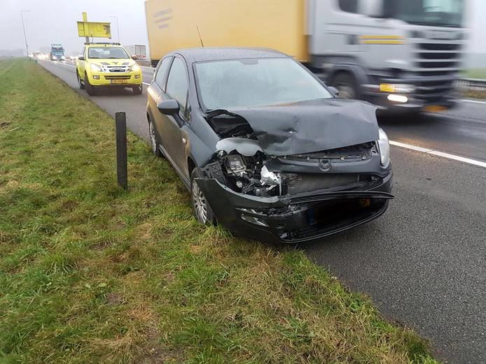 Het ongeluk met drie auto's op de A28 bij Putten veroorzaakte de nodige blikschade.
