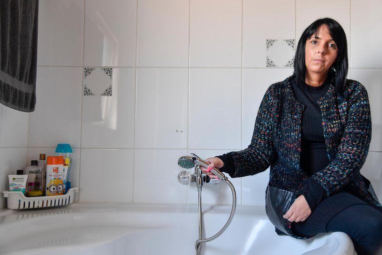 Ann Vidts toont dat er aan haar bad slechts een klein straaltje uit de kraan komt.