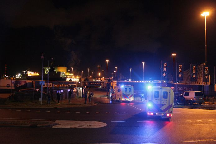 Ambulances rijden het terrein van DFDS op.