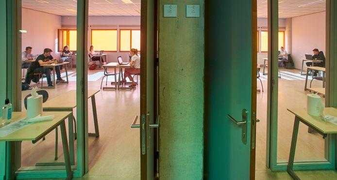 Een 4 havo klas is opgedeeld over verschillende lokalen van het Zwijsen College in Veghel. De school is vandaag weer open gegaan na drie maanden.