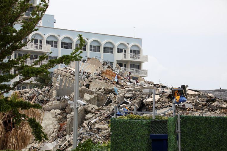 Een berg puin op de plek waar het flatgebouw stond. Beeld REUTERS